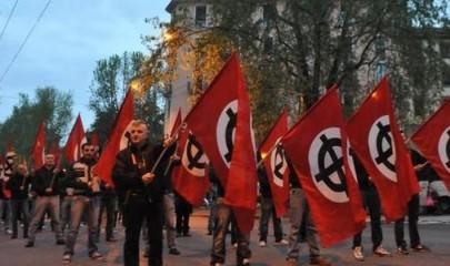 Manifestazione con le croci celtiche, lugubri simboli del neofascismo (Foto da http://anpigenovapra.blogspot.it/2014_05_01_archive.html )