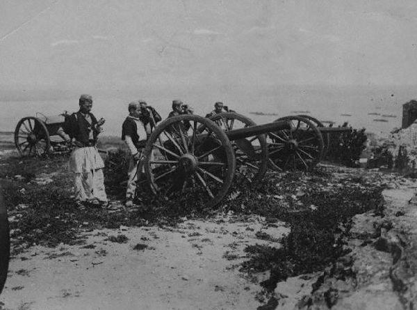 Artiglieria albanese durante la guerra di Valona, contro l'occupazione italiana