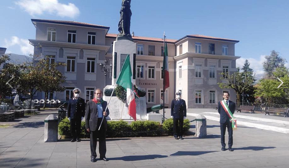 Lauria, 25 aprile. Monumento ai Caduti. Il presidente Anpi Lauria-Valle del Noce, Antonio Cosentino e il sindaco Angelo Lamboglia