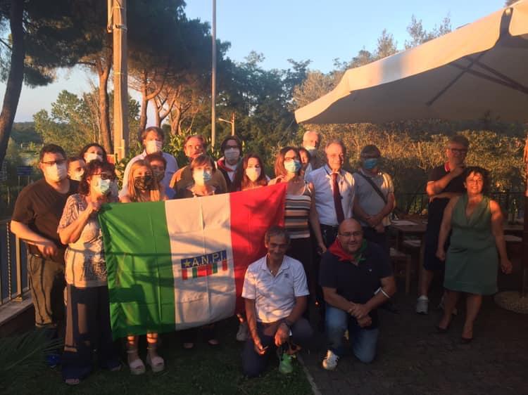 Gli associati della sezione Anpi di Anguillara Sabazia, a destra accosciato il presidente Gianni Lucidi