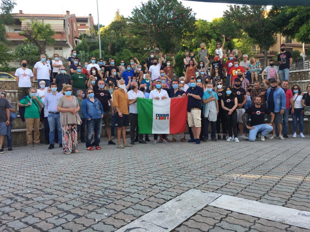 La sezione Anpi di Guidonia Montecelio. Al centro, dietro la bandiera Anpi, il presidente Luca Brocchi. Accanto, a sinistra della foto, Fabrizio De Sanctis, presidente del comitato provinciale dell'Associazione