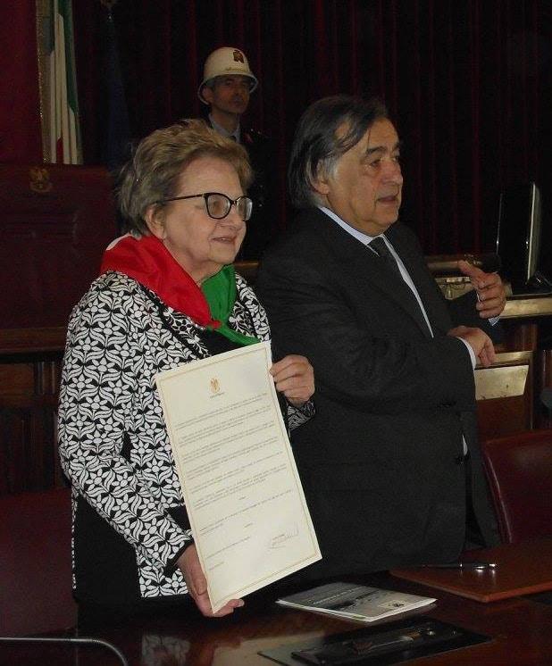 La Presidente nazionale Anpi, Carla Nespolo, quando ricevette il diploma di Cittadina onoraria di Palermo, e il sindaco Leoluca Orlando