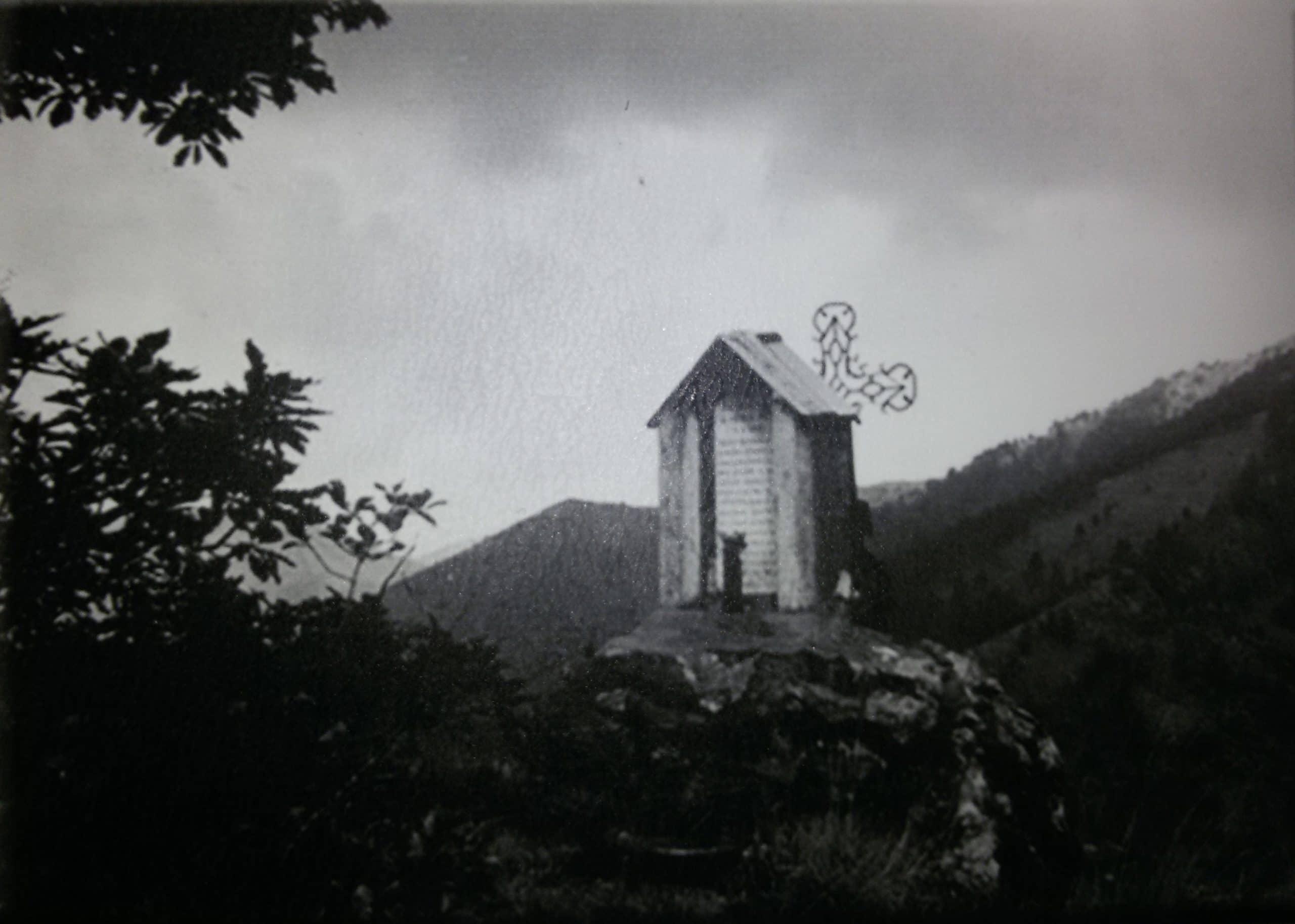 Croce e lapide a Passo Mezzano