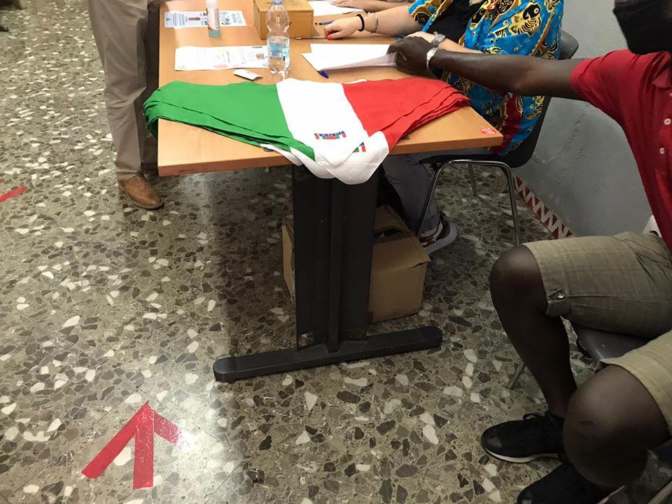 fazzoletti dell'associazione dei partigiani alla Festa tesseramento Anpi 2020 a Bari
