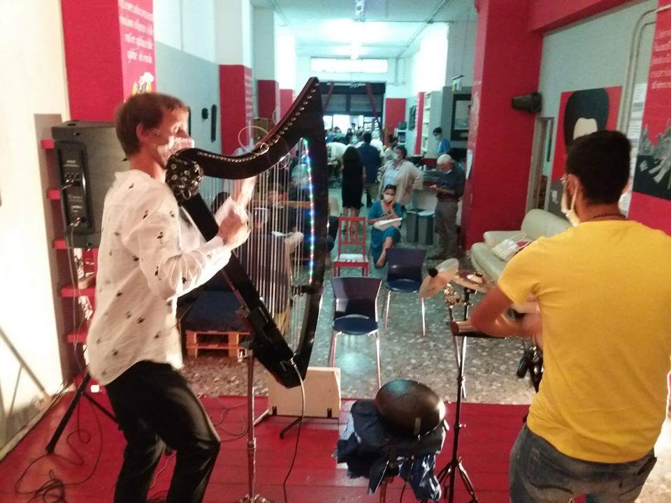 Jakub Rizman all'arpa elettrica e Giorgio Finestrone alle percussioni si esibiscono durante la Festa del tesseramento Anpi 2020 a Bari