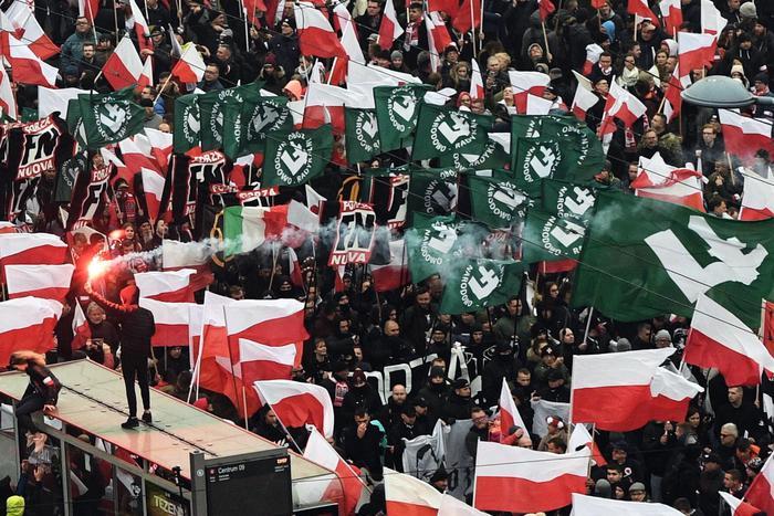 VARSAVIA - Striscioni neri della formazione italiana Forza Nuova accanto a quelli verdi dell'estrema destra polacca