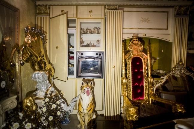 Uno scorcio dell'abitazione dei Casamonica