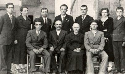 La famiglia Cervi al completo. Al centro, seduti, Alcide e Genoeffa Cocconi
