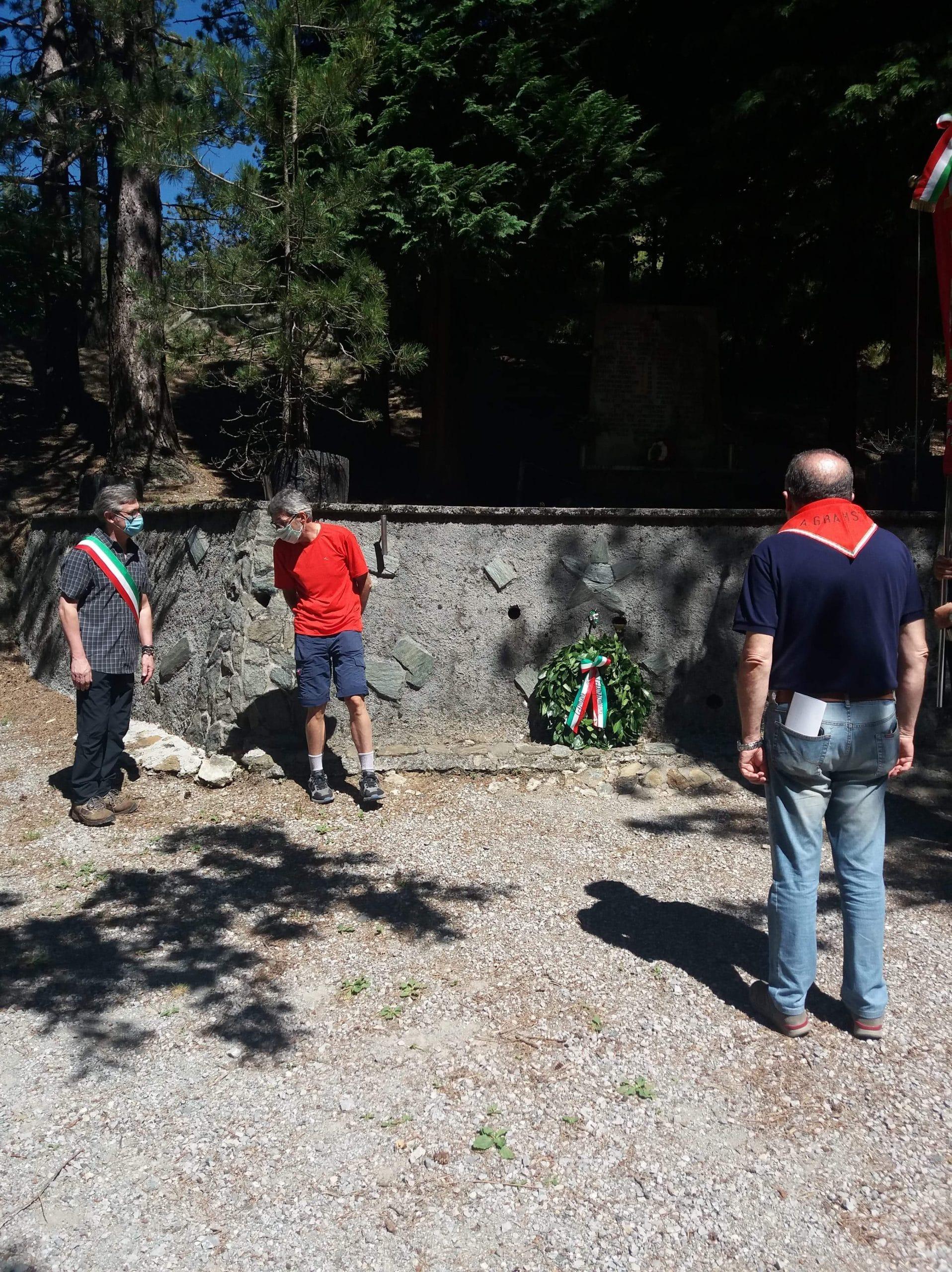 L'omaggio, durante la visita delle Anpi genovesi, su uno dei luoghi della strage di Passo Mezzano