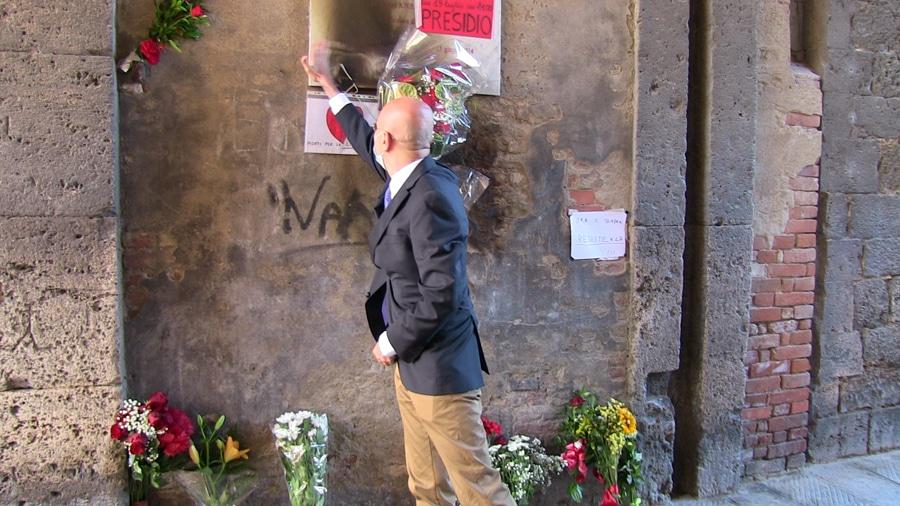 Il prefetto di Grosseto, Fabio Marsilio, visita alla lapide violata