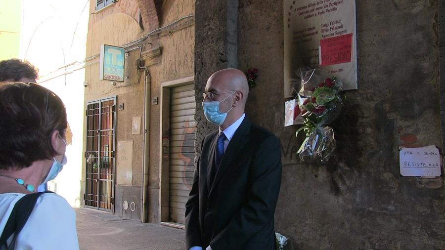 Il prefetto di Grosseto, Fabio Marsilio, in visita alla lapide violata